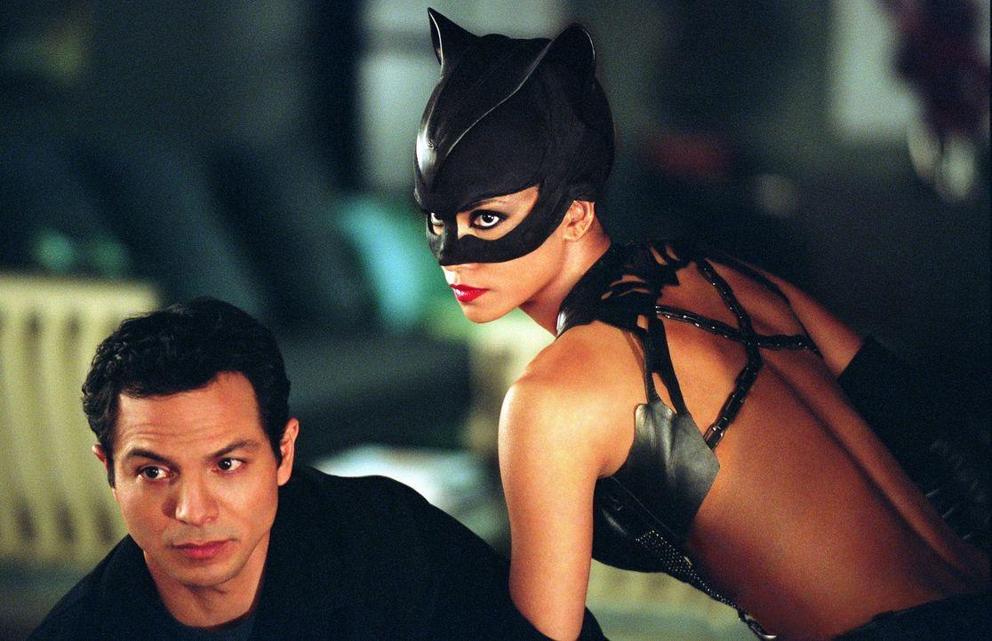 Die geheimnisvolle Catwoman (Halle Berry, l.) überrascht den Detektiv Tom Lone (Benjamin Bratt, l.) mit ihren außergewöhnlichen Fähigkeiten ... - Bildquelle: Warner Bros. Television