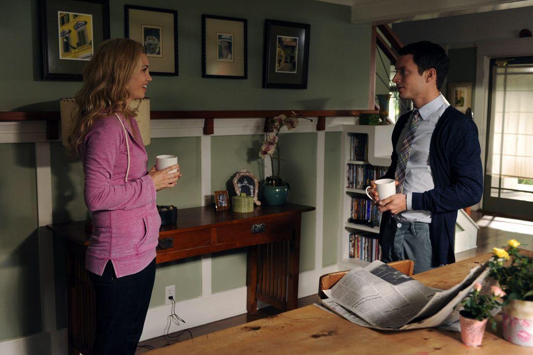 Jenna (Fiona Gubelmann, l.) ahnt nicht, was Ryan (Elijah Wood, r.) getan hat und wie es sich auf ihr weiteres Leben auswirken wird ... - Bildquelle: 2011 FX Networks, LLC. All rights reserved.