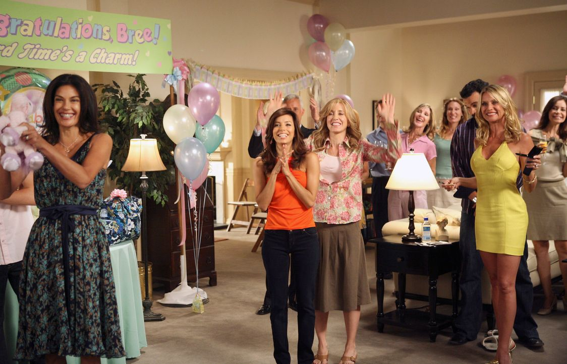 Bree möchte sich auf keinen Fall auf einer Baby-Party feiern und beschenken lassen, also wird sie von Susan (Teri Hatcher, vorne l.), Gabrielle (Eva... - Bildquelle: ABC Studios