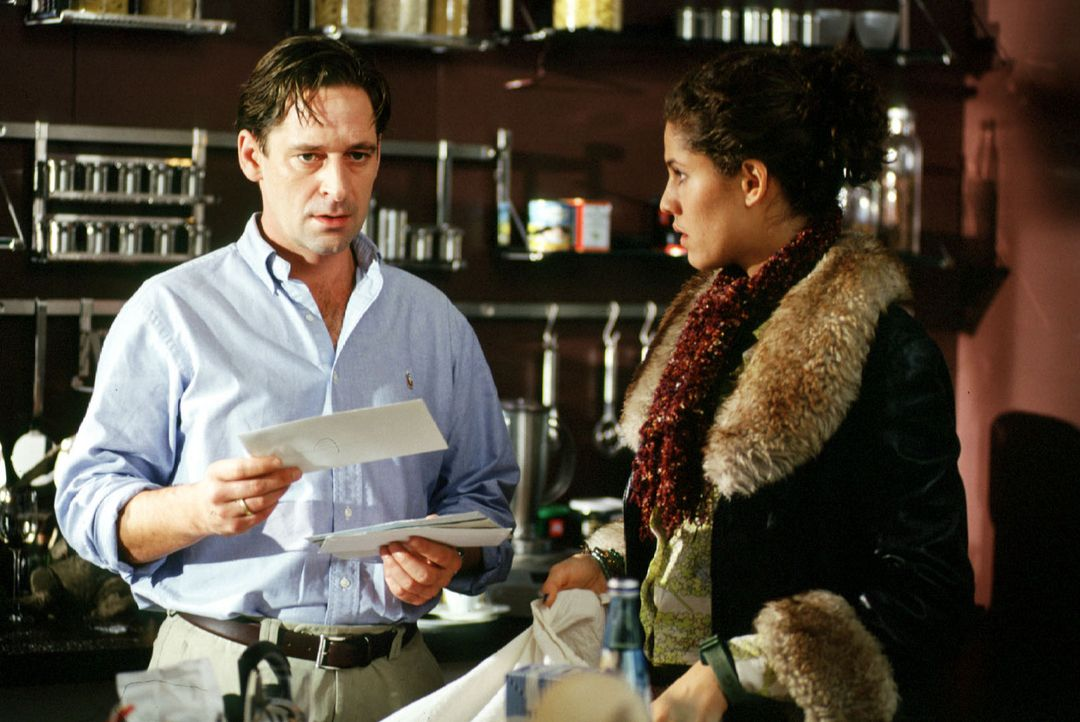 Benjamin (Max Tidof, l.) erhält einen Brief von seiner Frau, den sie vor ihrem Tod an ihn geschrieben hat. Babysitterin Julia (Jasmin Gerat, r.) hat... - Bildquelle: Rolf Baumann Sat.1