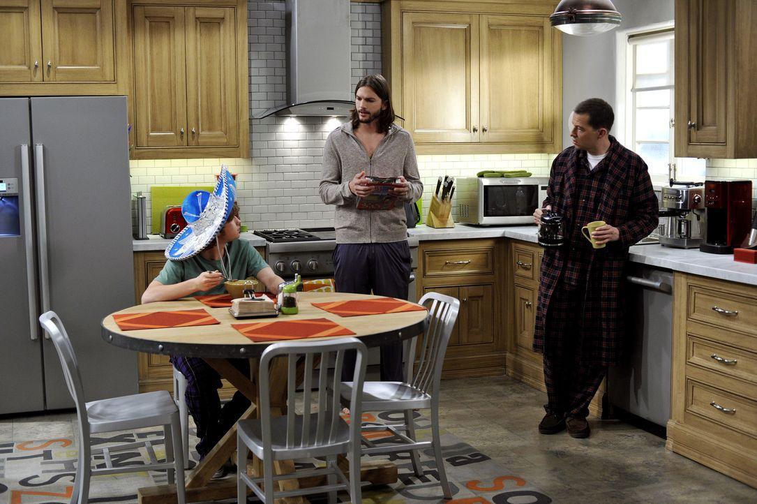 Sind sich nicht immer einig: Walden (Ashton Kutcher, M.), Alan (Jon Cryer, r.) und Jake (Angus T. Jones, l.) ... - Bildquelle: Warner Brothers Entertainment Inc.