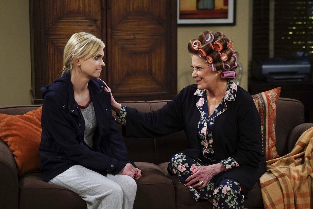 Christy (Anna Faris, l.) macht sich Sorgen um ihre Tochter Violet. Denn die ist seit der Auflösung ihrer Verlobung mit Gregory etwas neben der Spur... - Bildquelle: 2015 Warner Bros. Entertainment, Inc.