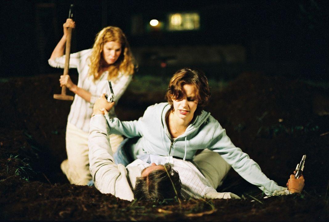 Um endlich an die Beute zu gelangen, lässt Hagedorn (Oliver Nägele, liegend) seine Masken fallen. Er nimmt die Studenten gefangen, doch Toni (Marie... - Bildquelle: Bernhard Berger ProSieben
