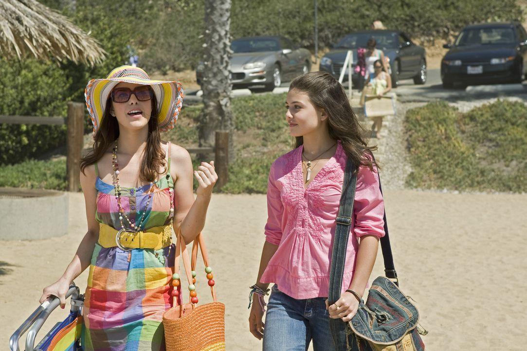 Eigentlich wollte Jessica (Danielle Campbell, r.) nur ihre Großeltern in L. A. besuchen, doch dann überredet ihre Schwester Sara (Maggie Castle, l... - Bildquelle: Disney