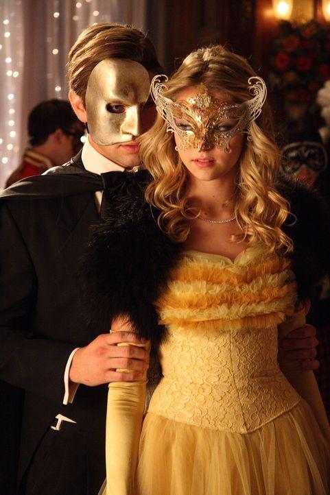 Nate (Chace Crawford, l.), der Jenny (Taylor Momsen, r.) für Serena hält, begeht einen schrecklichen Fehler ... - Bildquelle: Warner Brothers