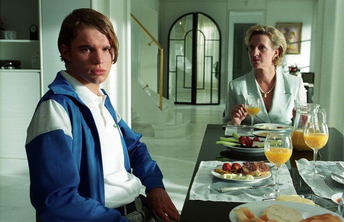 Solange Tims Mutter (Heike Jonca, r.) noch keinen Verdacht schöpft, ist Ronnie (Tobias Schenke, l.) auf der sicheren Seite! Doch wie lange kann er d... - Bildquelle: Akkord Film Produktion GmbH