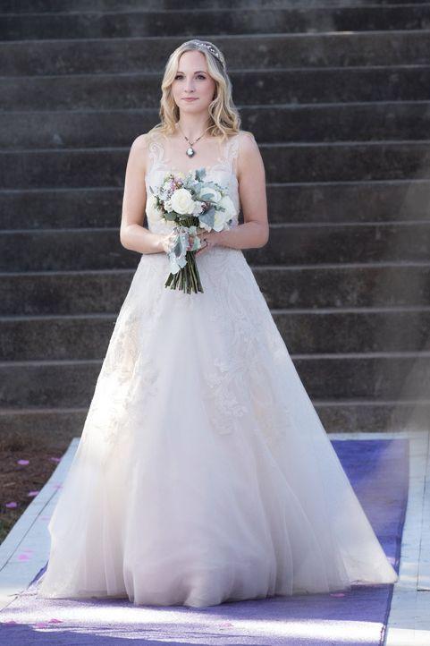 Wird Bonnie tatsächlich von Carolines (Candice King) Hochzeit fernbleiben oder kommt es für Bonnie noch viel schlimmer? - Bildquelle: Warner Bros. Entertainment, Inc.