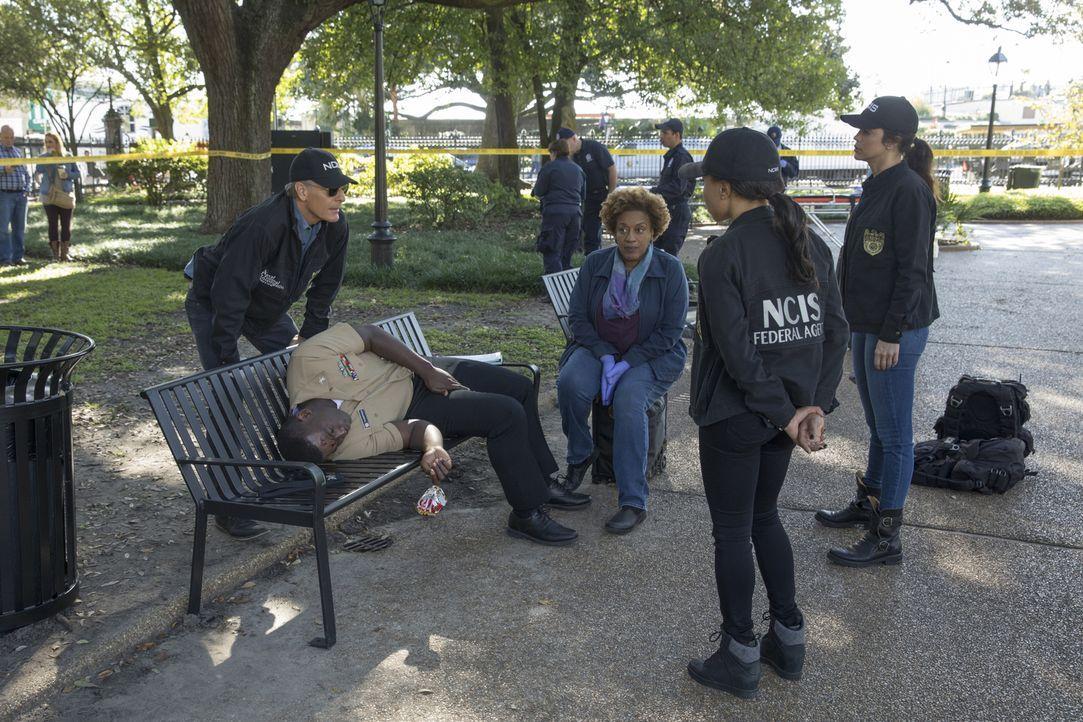 Tod auf der Parkbank: Unteroffizier Michael Thompson (Onye Eme-Akwari, 2.v.l.) wird tot in einem Park von New Orleans aufgefunden. Das NCIS-Team um... - Bildquelle: Sam Lothridge 2017 CBS Broadcasting, Inc. All Rights Reserved