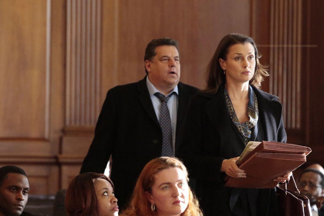 Erin (Bridget Moynahan, r.) und Anthony (Steve Schirripa, l.) bei der Verhandlung in einem Mordfall, doch ihr Zeuge erscheint nicht. Wie soll sie nu... - Bildquelle: Giovanni Rufino 2016 CBS Broadcasting Inc. All Rights Reserved