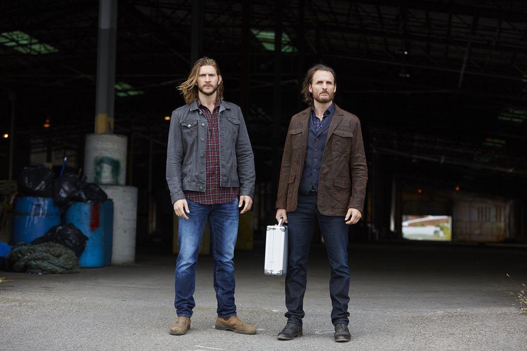 Während Clay (Greyston Holt, l.) und Jeremy (Greg Bryk, r.) glauben, Roman ein gutes Angebot machen zu können, damit er mit der Jagd auf Sasha aufhö... - Bildquelle: 2016 She-Wolf Season 3 Productions Inc.