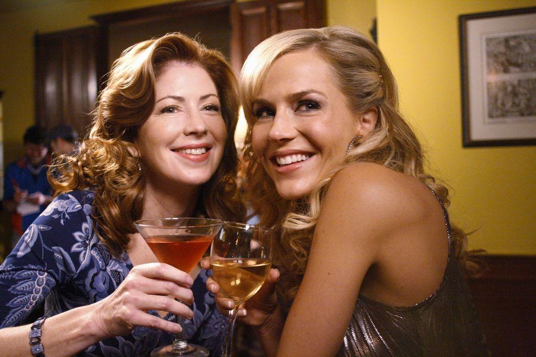 Nach anfänglichen Schwierigkeiten verstehen sich Katherine (Dana Delany, l.) und Robin (Julie Benz, r.) prima ... - Bildquelle: ABC Studios