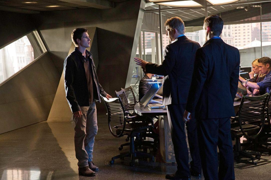 Kann Stephen (Robbie Amell, l.) vor Dr. Price (Mark Pellegrino, M.) wirklich all das verheimlichen, was ihn und seine neuen Freunde in noch größere... - Bildquelle: Warner Bros. Entertainment, Inc