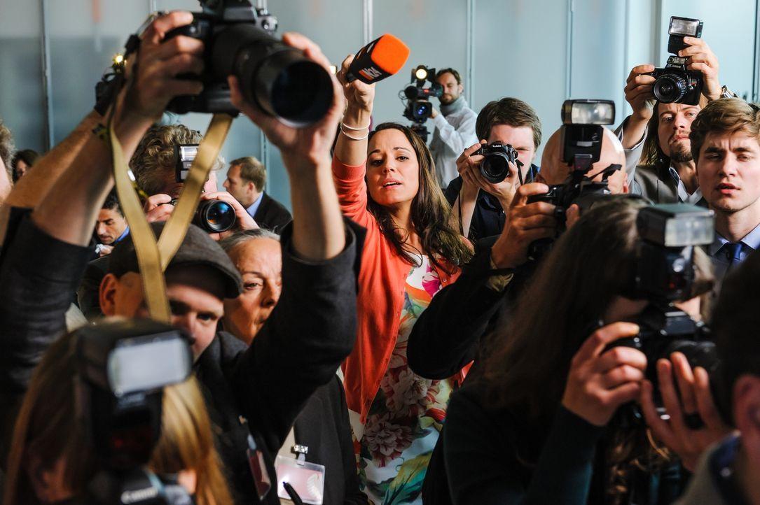 Sensation! Die Kanzlerin und der französische Präsident? Reporterin Gretchen Hammerstein (Simone Panteleit, M.) will es wissen ... - Bildquelle: Stefan Erhard SAT. 1