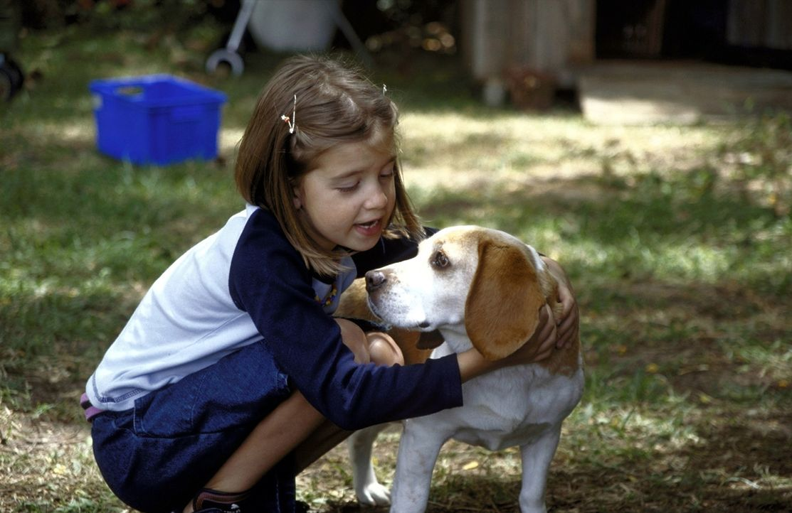 Nachdem sie ihren Vater in einen Hund verwandelt hat, nutzt Susanne (Sina Richardt) die Chance, ihrem Papa endlich mal ihre Geheimnisse anvertrauen... - Bildquelle: Boris Guderjahn ProSieben