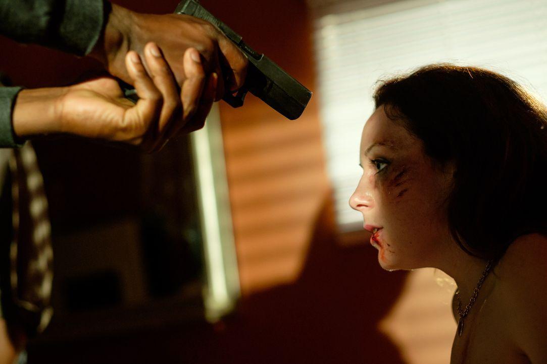 Eine Autopanne am Highway wird Melissa (Cydney Penner) zum Verhängnis. Sechs Männer tauchen auf, entführen sie und vergehen sich abwechselnd an ihr... - Bildquelle: Darren Goldstein Cineflix 2015