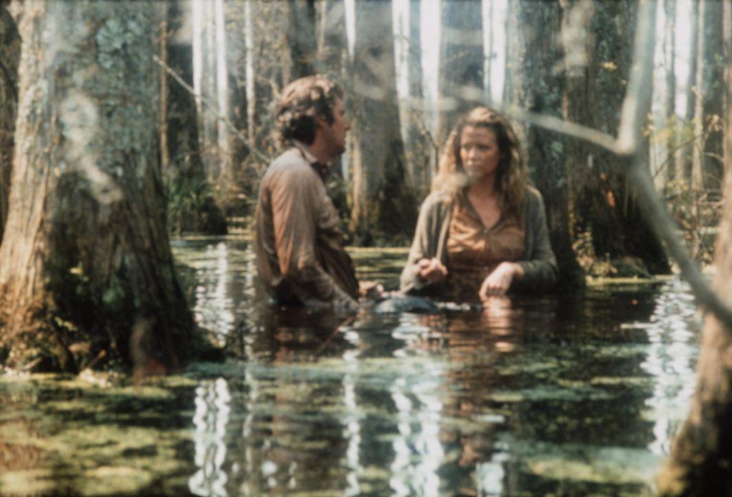 Eddie (Richard Gere, l.) hat die hübsche Michel (Kim Basinger, r.) mit Handschellen an sich gefesselt und flieht mit ihr in undurchdringliche Sümp... - Bildquelle: TriStar Pictures