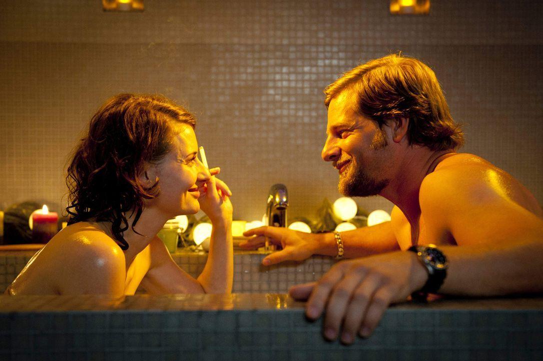 Mick (Henning Baum, r.) erfährt während einer gemeinsamen Nacht mit Tamara Rüttgen (Marie Rönnebeck, l.), dass der kleine Timo keineswegs einen Blic... - Bildquelle: Martin Rottenkolber SAT.1