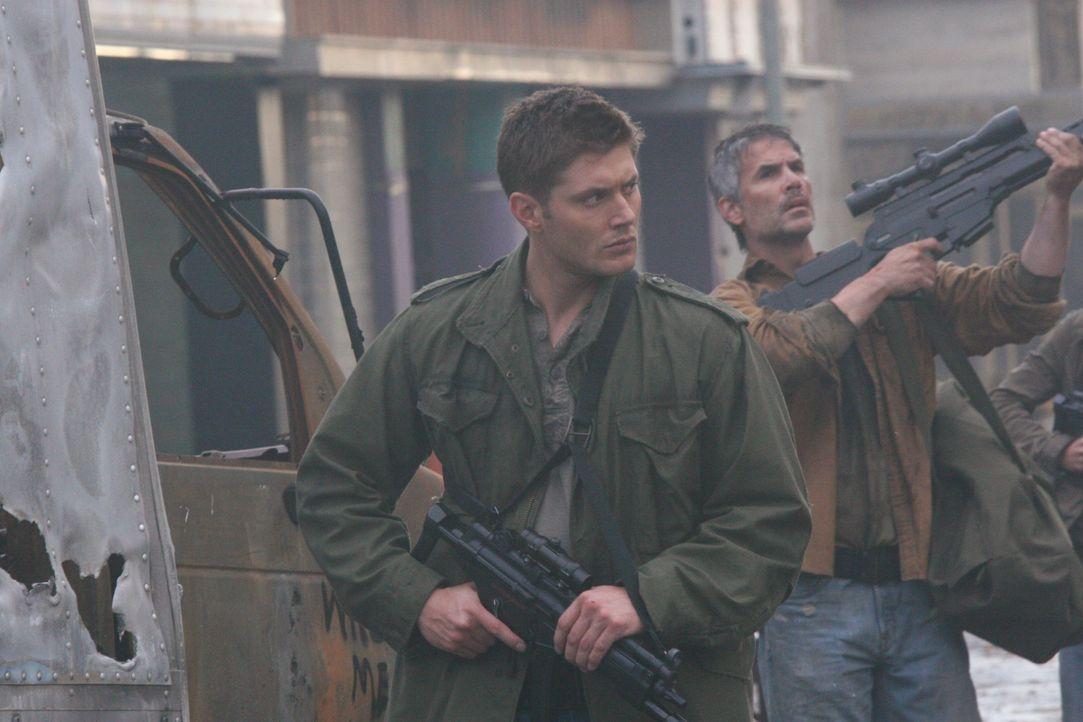 Kämpft auch in der Zukunft dafür, die Apokalypse aufzuhalten: Dean (Jensen Ackles, l.) ... - Bildquelle: Warner Bros. Television