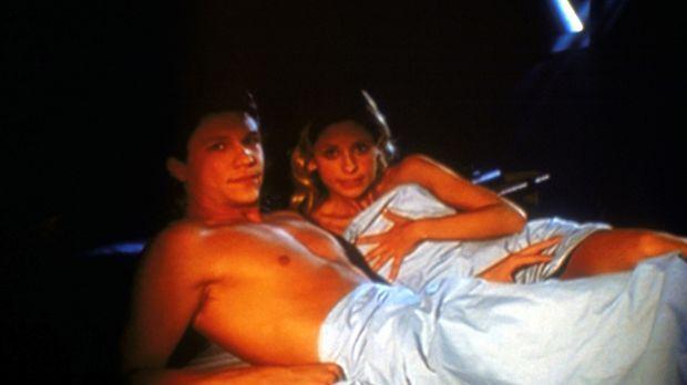 Buffy (Sarah Michelle Gellar, r.) und Riley (Marc Blucas) stehen unter einem...