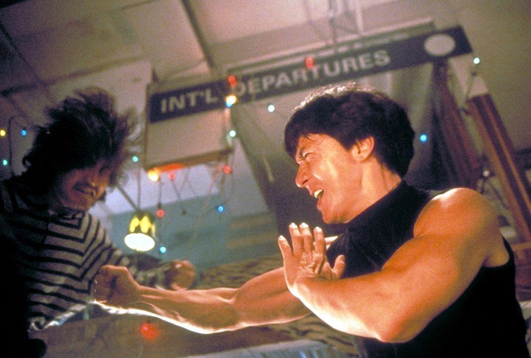 Mit Hilfe seiner exzellenten Kung-Fu-Technik gelingt es dem Polizisten Ah Keung (Jackie Chan, r.), die brutale Motorradgang in die Flucht zu schlage... - Bildquelle: New Line Cinema