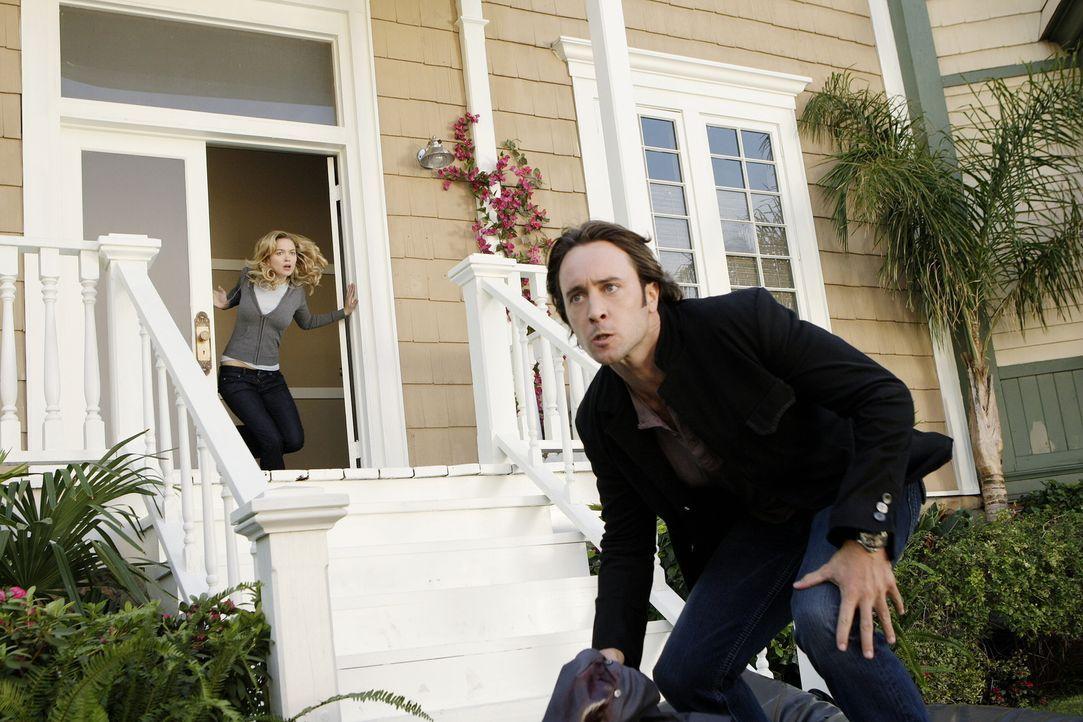 Beth (Sophia Myles, hinten) bittet Mick (Alex O'Loughlin, vorne) um einen großen Gefallen: Ihr Freund wurde von einem rachsüchtigen Drogenbaron entf... - Bildquelle: Warner Brothers