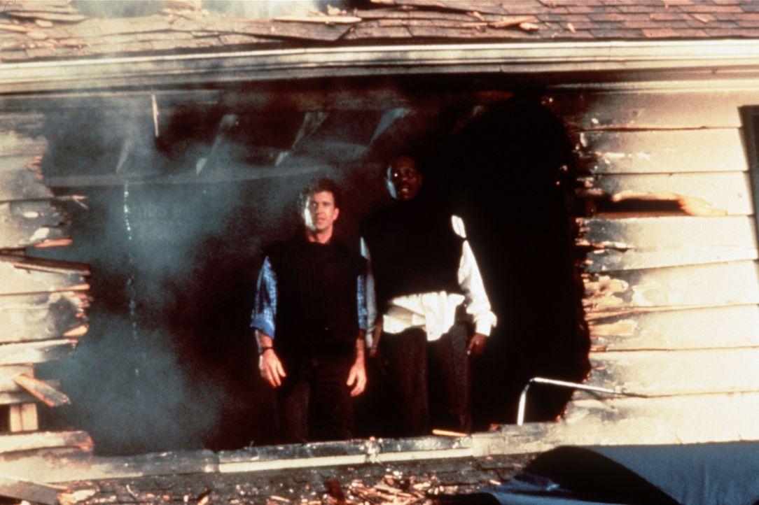 Wo sie auftauchen herrscht das pure Chaos: Riggs (Mel Gibson, l.) und sein Kollege Murtaugh (Danny Glover, r.) haben mal wieder ganze Arbeit geleist... - Bildquelle: Warner Brothers International