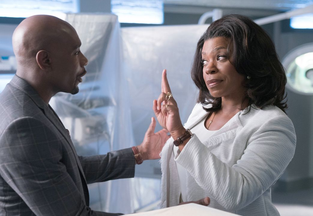 Als Teilhaberin des Labors will Donna ( Lorraine Toussaint, r.) einiges an Rosies (Morris Chestnut, l.) Arbeitsplatz verändern, um Geld reinzuholen.... - Bildquelle: 2016-2017 Fox and its related entities. All rights reserved.