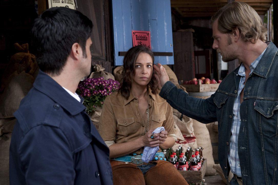 Maike Tamm (Nadine Brandt, M.) hatte ein Verhältnis mit dem Ermordeten. Mick (Henning Baum, r.) und Andreas (Maximilian Grill, l.) nehmen nun ihren... - Bildquelle: SAT.1
