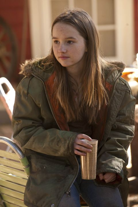 Nach dem Verschwinden ihres Vaters lebt die junge Loretta (Kaitlyn Dever) bei Familie Bennett. - Bildquelle: 2011 Sony Pictures Television Inc. and Bluebush Productions, LLC. All Rights Reserved.