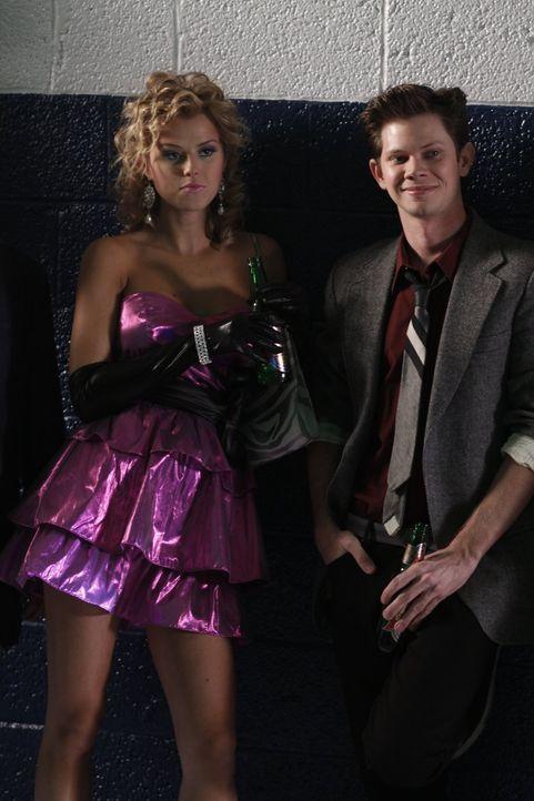 Der Ehemaligen-Tanz im 80er Jahre Stil an der High-School verläuft auch für Kylie (Sasha Jackson, l.) und Mouth (Lee Norris, r.) anders als gedacht... - Bildquelle: Warner Bros. Pictures