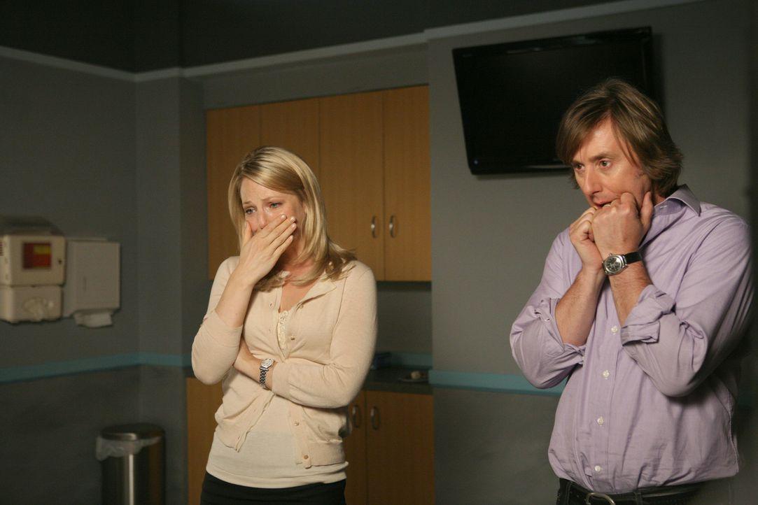 Seltsame Dinge geschehen in dem Krankenhauszimmer: Joe (Jake Weber, r.) und Samantha (Anastasia Griffith, l.) stehen unter Schock. - Bildquelle: Paramount Network Television