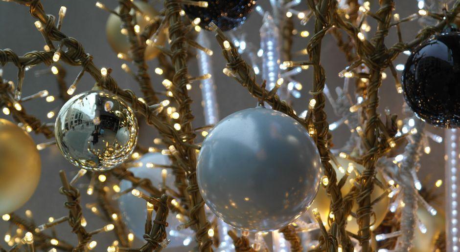 Wohnzimmer weihnachtlich dekorieren: Tipps - SAT.1 Ratgeber