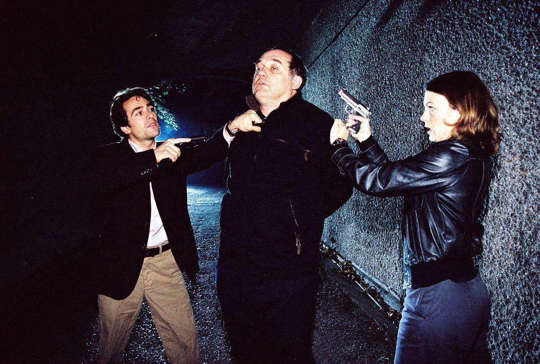 Ist Pokorny (Karl Fischer, M.) der Mörder, den Marc (Alexander Pschill, l.) und Niki (Elke Winkens, r.) suchen? - Bildquelle: Sat.1