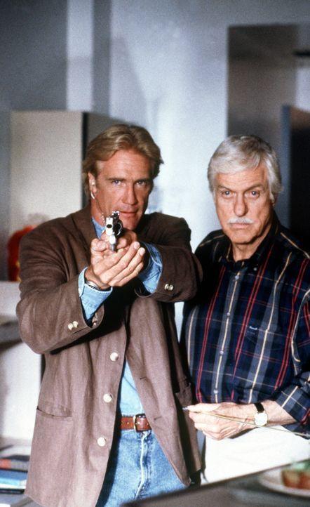 Dr. Mark Sloan (Dick Van Dyke, r.) und sein Sohn Steve (Barry Van Dyke, l.) stellen einen Mörder. - Bildquelle: Viacom