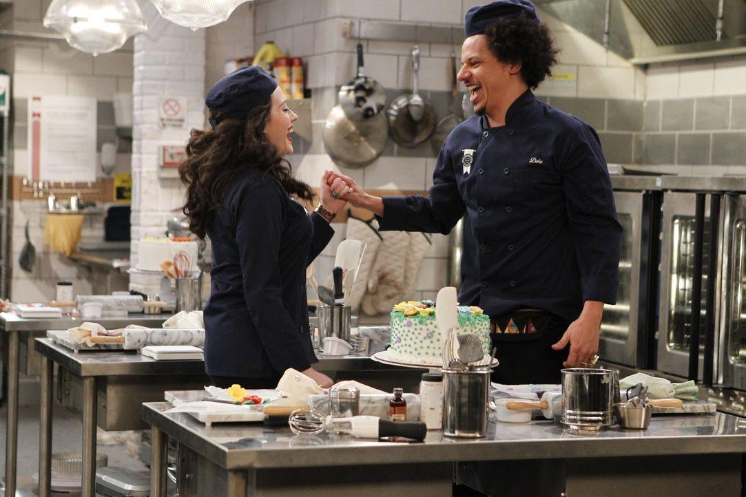 Max (Kat Dennings, l.) erfährt die Wahrheit über Deke (Eric André, r.). Kann die Beziehung noch gerettet werden? - Bildquelle: Warner Bros. Television