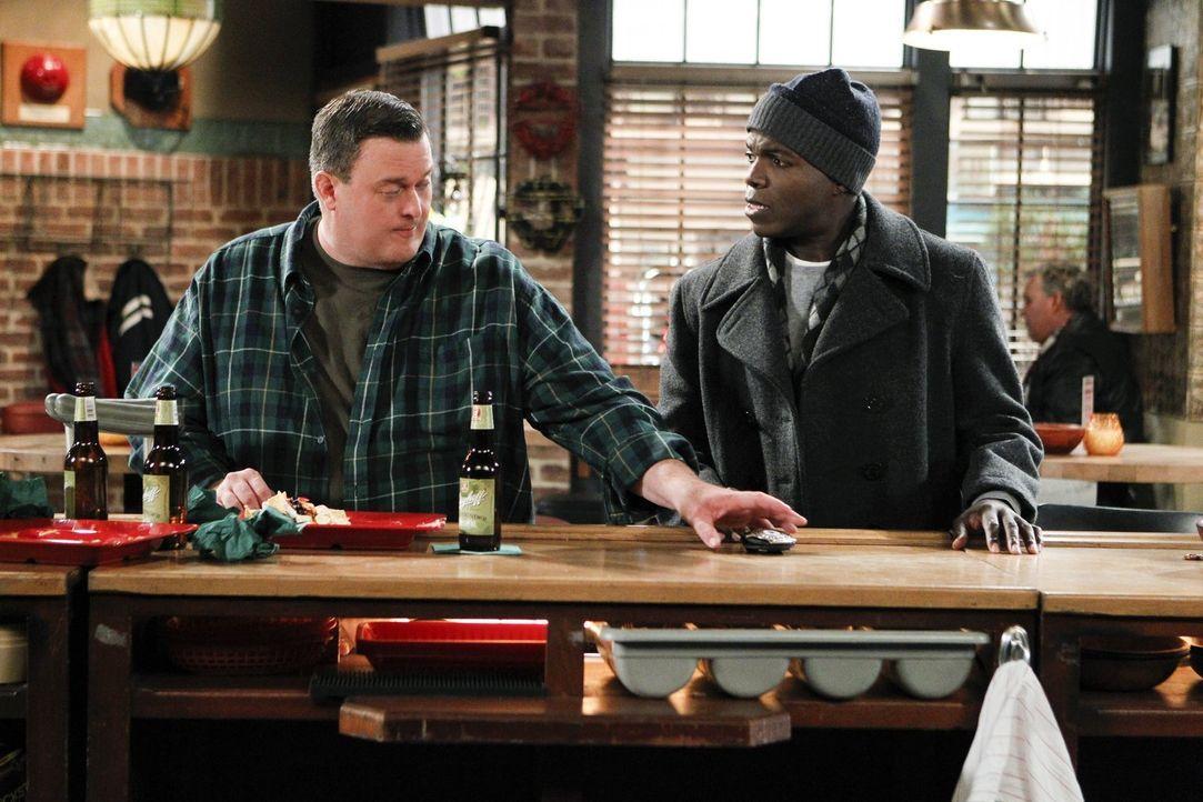 Nachdem Mike (Billy Gardell, l.) während eines Raubüberfalls angeschossen wurde, teilt er Carl (Reno Wilson, r.) mit, dass er seine Arbeit als Poliz... - Bildquelle: Warner Brothers