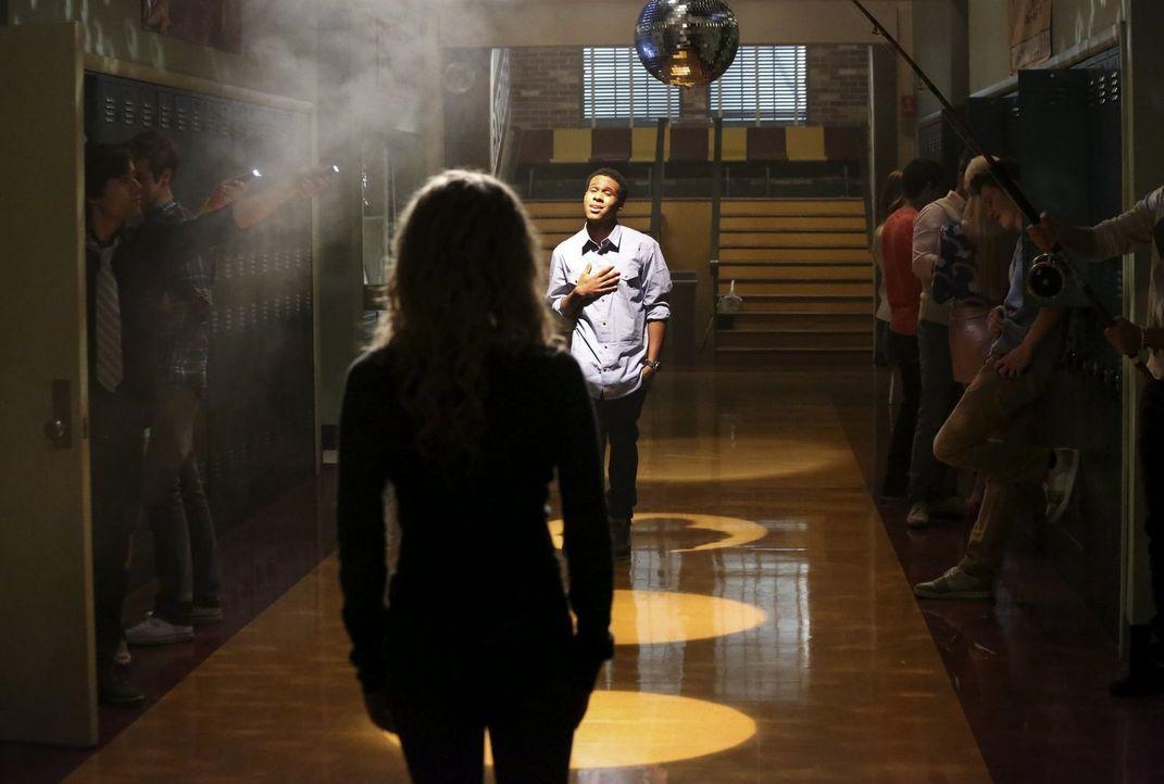 Malik (Maestro Harrell, M.r.) beschert Lisa (Allie Grant, M.l.) einen einzigartigen Moment ... - Bildquelle: Warner Brothers