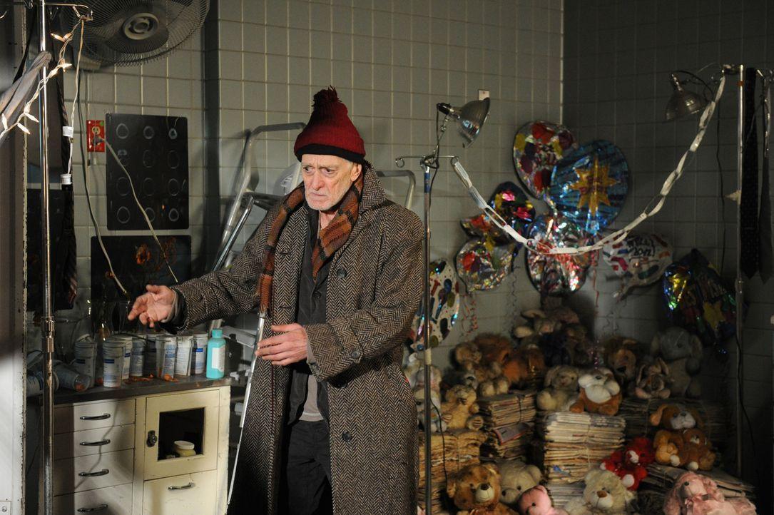 Hat Gordon (Martin Shakar) etwas mit dem Tod an dem bekannten Geisterjäger Peter Suderman zu tun? - Bildquelle: 2011 CBS Broadcasting Inc. All Rights Reserved.