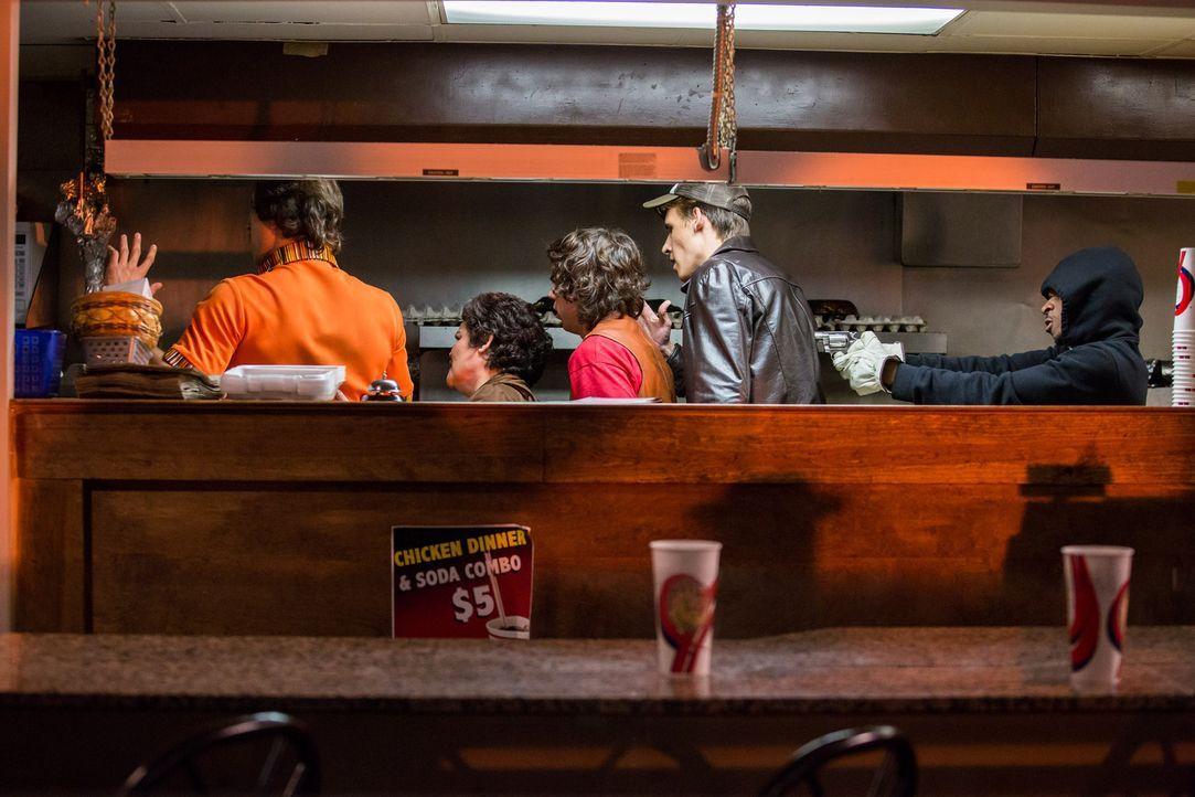 """Das """"Kilgore Massacre'"""". Nachdem drei junge Männer das Fast Food Restarurant überfallen und die Mitarbeiter entführt haben, werden fünf Leichen eine... - Bildquelle: Darren Goldstein Cineflix 2014"""
