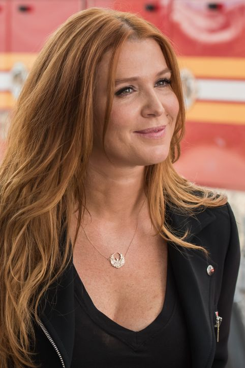 Auf dem Videomaterial, das das Mordopfer hinterließ, entdeckt Carrie (Poppy Montgomery)  ein wichtiges Detail - findet sie so den Mörder? - Bildquelle: Jeff Neumann 2015, 2016 Sony Pictures Television Inc. All Rights Reserved.