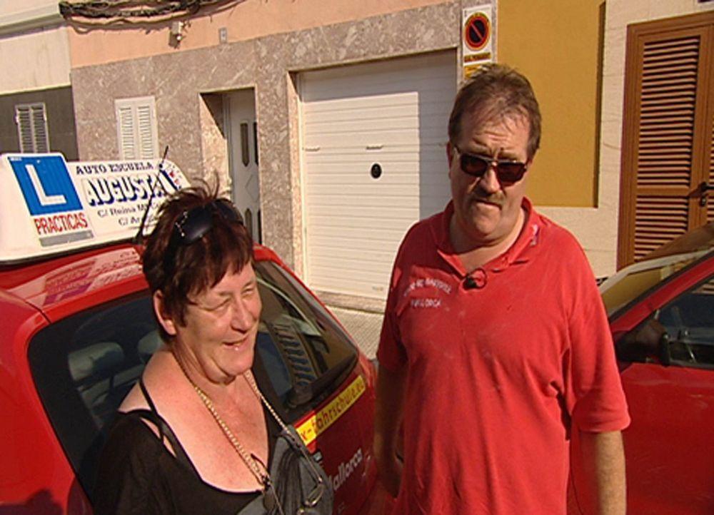 Mit Vollgas auf die Schinkenstrasse - Karriereziel Mallorca: Michael P. (r.) und seine Fahrschülerin Hella (l.) ... - Bildquelle: SAT.1