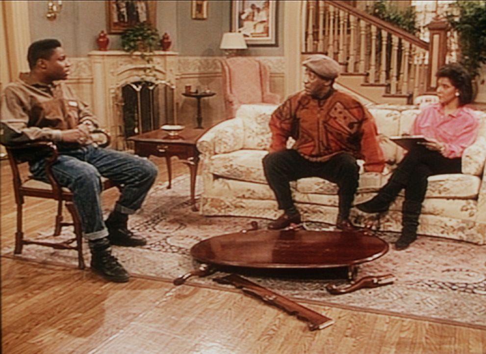 Was kann Theo (Malcolm-Jamal Warner, l.) dafür, dass seine Freunde auf dem Tisch getanzt haben, während Cliff (Bill Cosby, M.) und Clair (Phylicia... - Bildquelle: Viacom