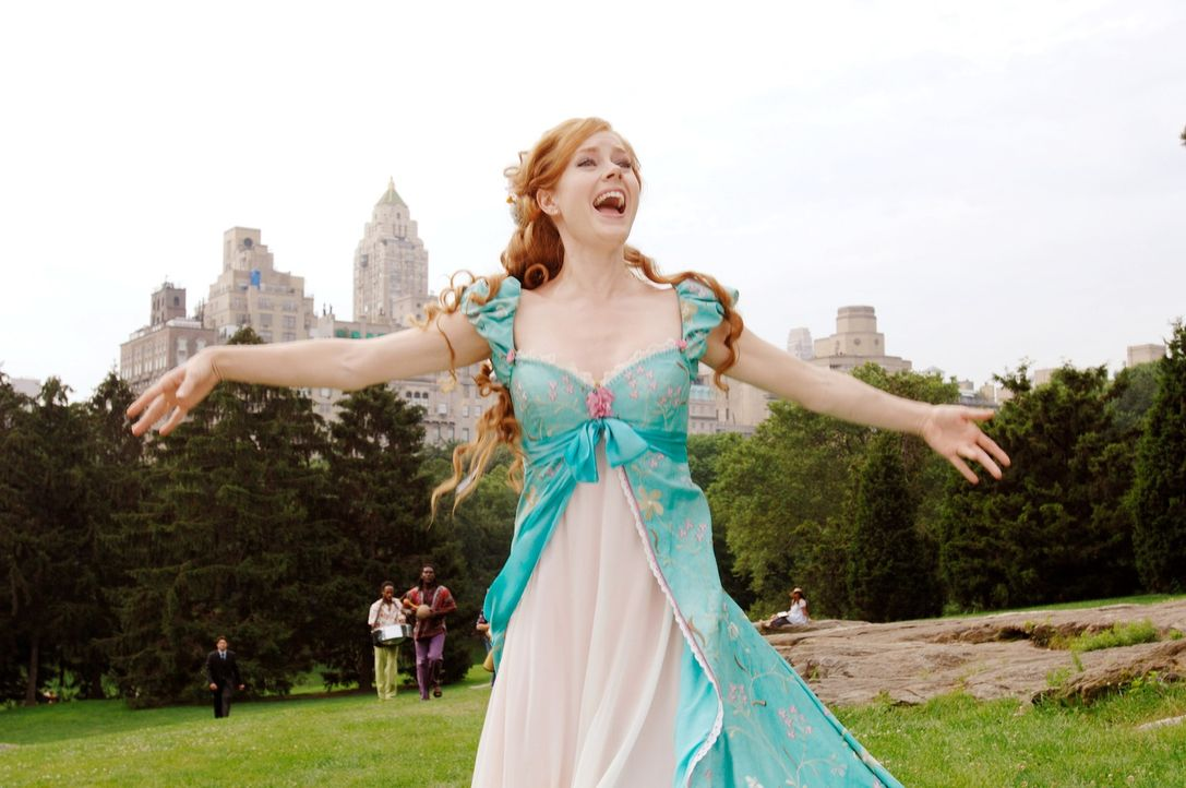 Von ihrer Schwiegermutter in spe verwünscht, landet die Märchenprinzessin Giselle (Amy Adams) auf dem hektischen New Yorker Time Square, wo sie dem... - Bildquelle: Barry Wetcher Disney. All rights reserved