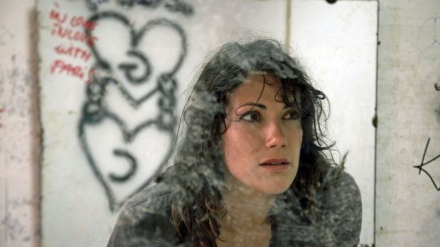 Vermisst - Liebe kann tödlich sein - Claudia (Bettina Zimmermann) erstarrt vo...