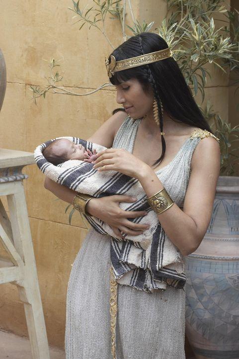Liebevoll zieht Prinzessin Bithia (Padma Lakshmi), den kleinen Moses im Königspalast auf ... - Bildquelle: Hallmark Entertainment