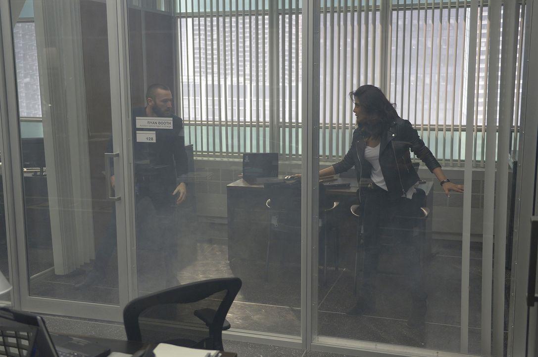 Alex (Priyanka Chopra, r.) ist schockiert, als Drew behauptet, dass Ryan (Jake McLaughlin, l.) der Terrorist ist ... - Bildquelle: Philippe Bosse 2016 American Broadcasting Companies, Inc. All rights reserved.