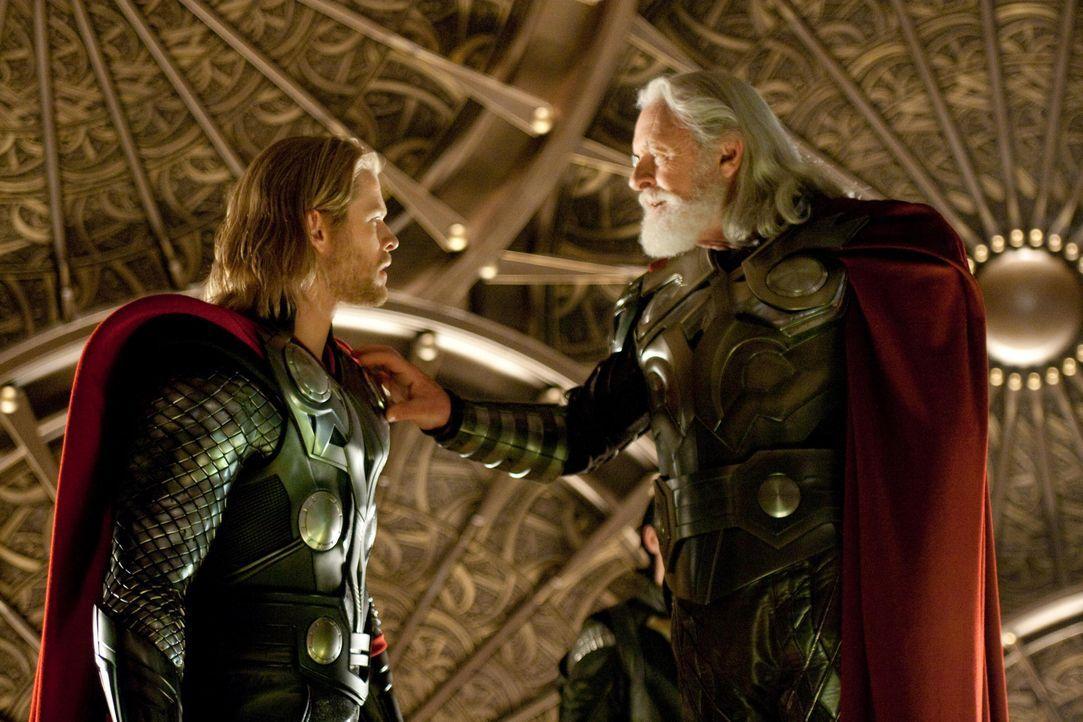 Um seinem Sohn und Thronfolger Thor (Chris Hemsworth, l.) Demut zu lehren, verbannt Odin (Anthony Hopkins, r.) ihn auf die Erde, solange bis er sich... - Bildquelle: 2011 MVLFFLLC. TM &   2011 Marvel. All Rights Reserved.