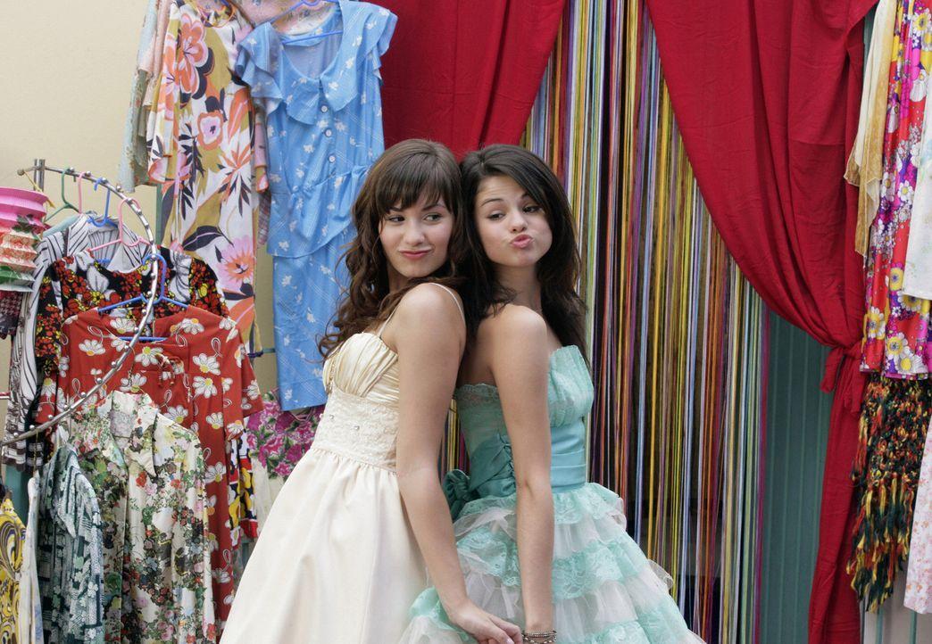 Nach anfänglichen Problemen freunden sich Carter (Selena Gomez, r.) und Rosie (Demi Lovato, l.) an ... - Bildquelle: Disney