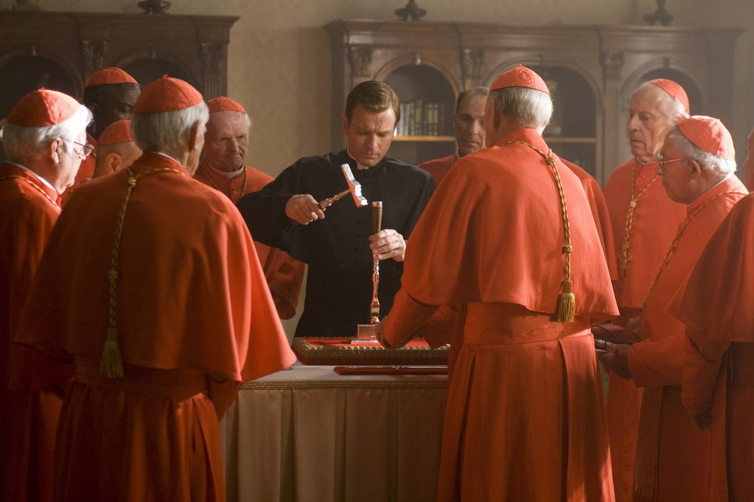 Obwohl stets umringt von den Kardinälen, spielt der Camerlengo Patrick McKenna (Ewan McGregor, M.) ein gefährliches Spiel ... - Bildquelle: 2009 Columbia Pictures Industries, Inc. All Rights Reserved.