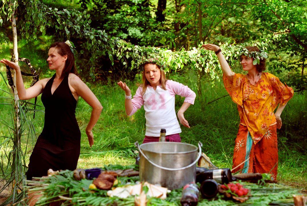 It's Partytime! Michaela (Nina Kronjäger, l.), Sonja (Nele Metzner, M.) und Gisela (Friederike Wagner, r.) tanzen ausgelassen um das improvisierte B... - Bildquelle: Oliver Ziebe Sat.1